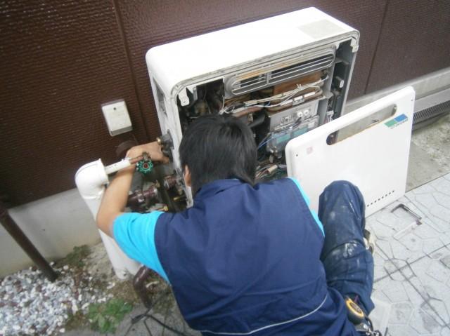 知多郡 給湯器 交換工事 施工中